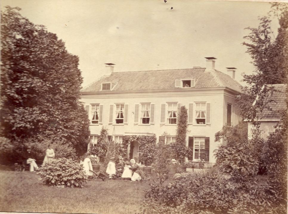 """De achterzijde van """"Valkenburg"""" met rechts een deel van de tuinmanswoning."""