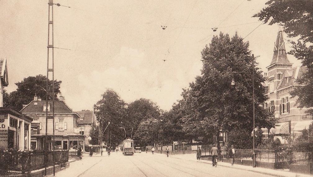 Het kruispunt Utrechtseweg, Wilhelminastraat en Van Embdenweg met rechts het oude gemeentehuis en links op de hoek van de Wilhelminastraat de toonkamers van LOV