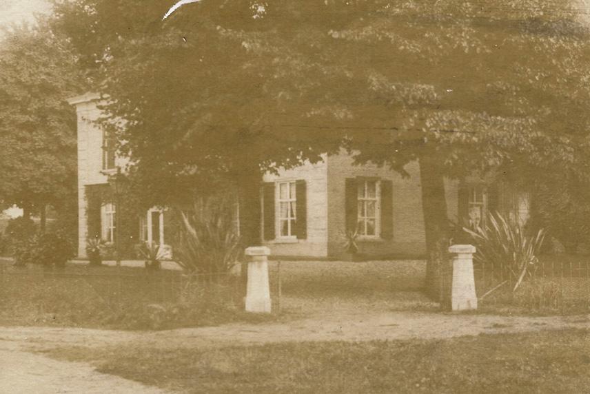 """""""Valkenburg"""""""" met de westelijke oprijlaan en tal van kuipplanten in de tuin rond 1889"""