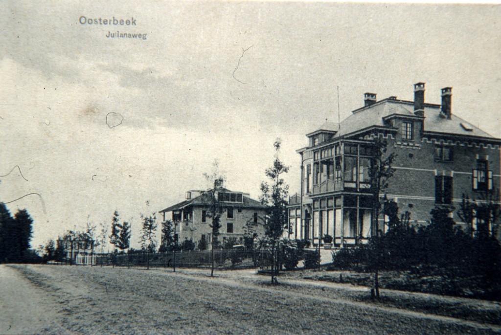 Rechts het in 1910 gebouwde pand op Julianaweg 3 met daarachter het in 1929 gebouwde huis op nummer 5.