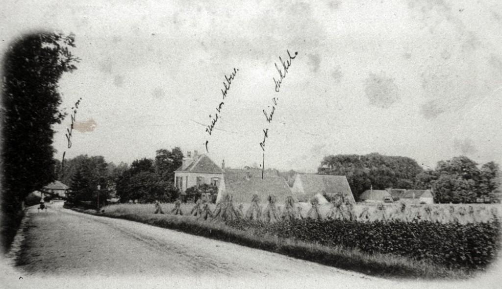 Stationsweg nabij station Oosterbeek-Hoog. Rechts de stalhouderij van C. J. Aalbers.