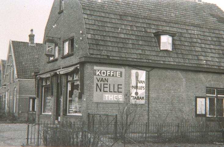 Het pand van de kruidenier Pesch aan de Steynweg 31, in 1952