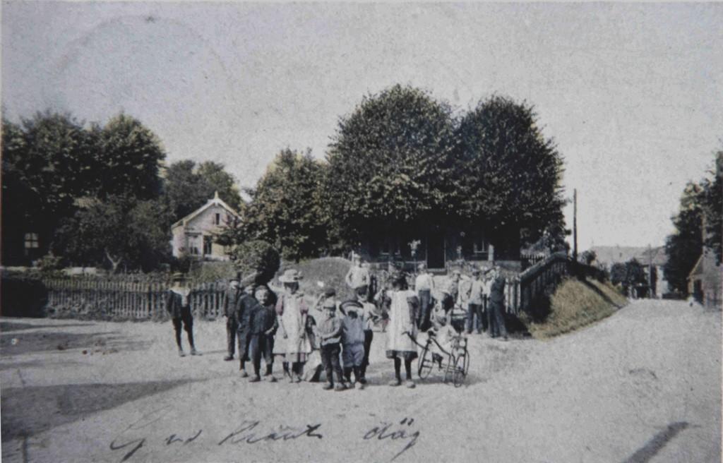 Groep kinderen op de hoek van de Weverstraat/ Van Eeghenweg/ Jagerskamp. De Jagerskamp was rond 1900 niet veel meer dan een smal pad, zoals te zien op deze afbeelding.