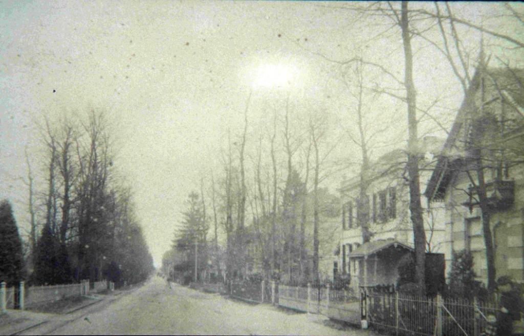 """Rechts het huis van de familie Amshoff met links ervan """"Beuken Hove"""" en daarachter de ingang van de Annastraat met de twee villa's ter weerszijde."""