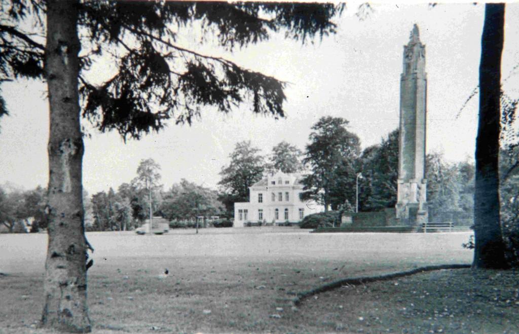 """Het Airborne- monument van Jac Maris in 1948 met op de achtergrond het huis """"Hartenstein""""."""