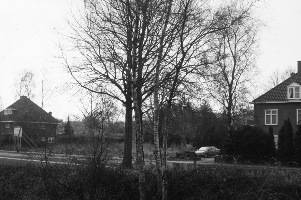 het braakliggende terrein dat in 1993 werd bebouwd met de panden op Parallelweg 84-86 en nummer 88.