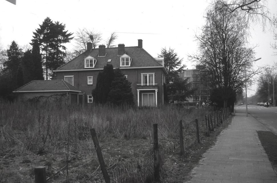 De achterzijde van Parallelweg 96. Foto uit 1990. Op het braakliggende terrein verrees enige jaren nadien het huis op nummer 88.