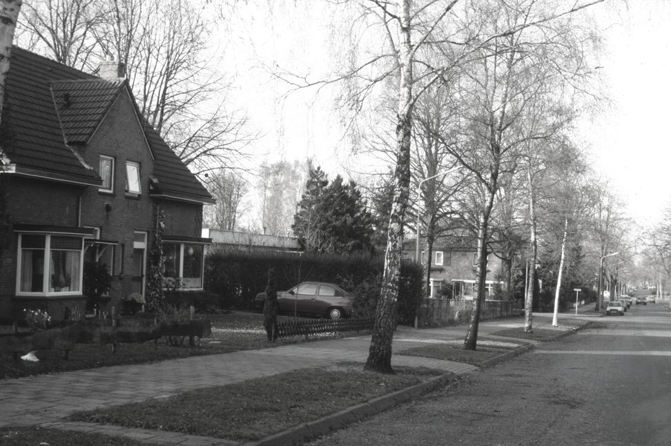 Links de twee onder één kap op Parallelweg 8-10 met rechts daarvan de achterzijde van de noodlokalen die in 1994 plaats zouden maken voor de bouw van de garage Hooijer (Lebretweg 53).
