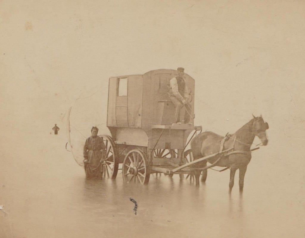 Tijdens bezoeken aan het huis van Willem Pieter te Bloemendaal werd, uiteraard met badkoets, in zee gebaad door de dames, hier in 1898
