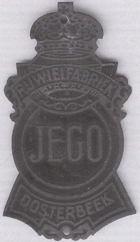 """Het metalen rijwielschildje voor het merk """"JEGO""""."""