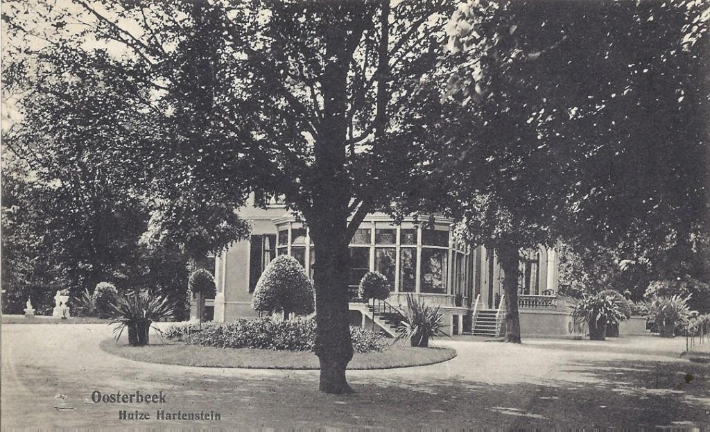 """Oostzijde van het huis """"Hartenstein"""" met de fraaie serre."""