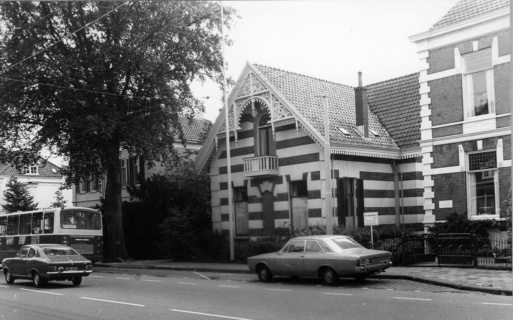 """In de linker villa vestigde zich eind jaren 170 de huisarts Piet Onderwater, met rechts van zijn praktijk het woonhuis van zijn ouders in de villa """"Merlet""""."""