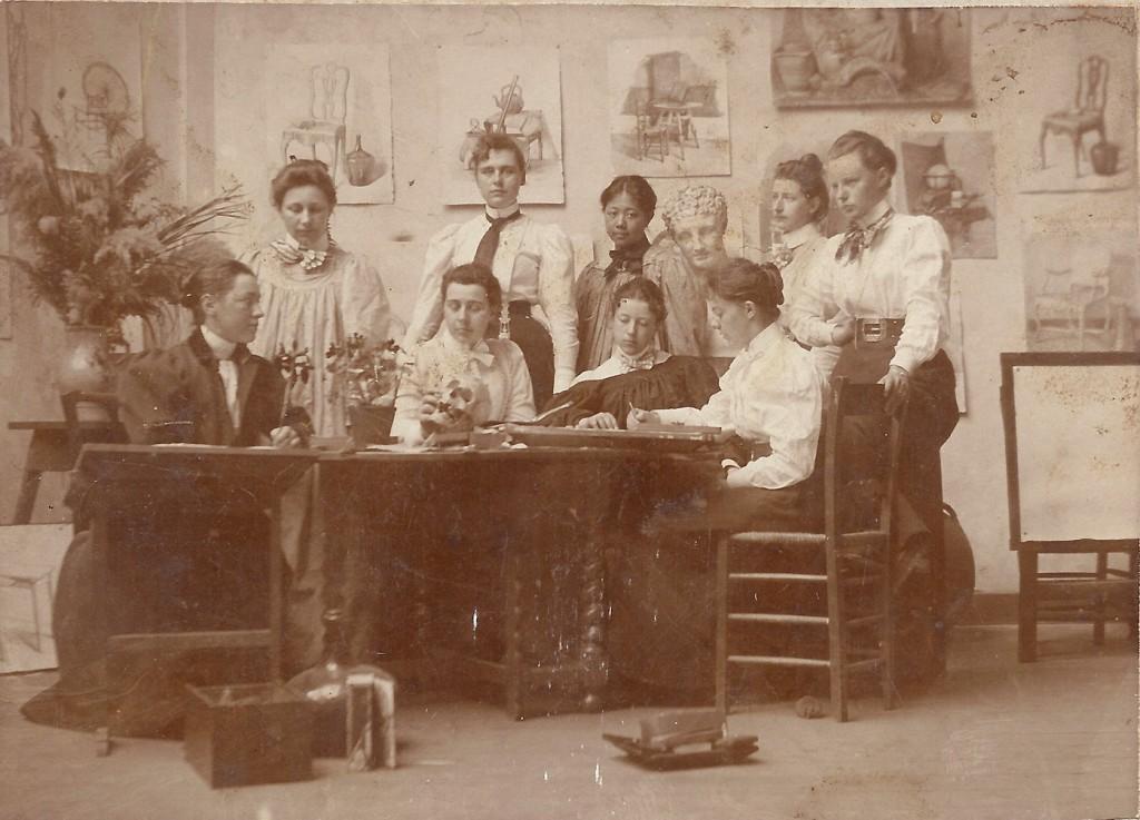 Op de foto ook een nichtje van Anna Wolterbeek die zij na de dood van haar broer Dirk Jacob als tante adopteerde en opnam in haar huis.