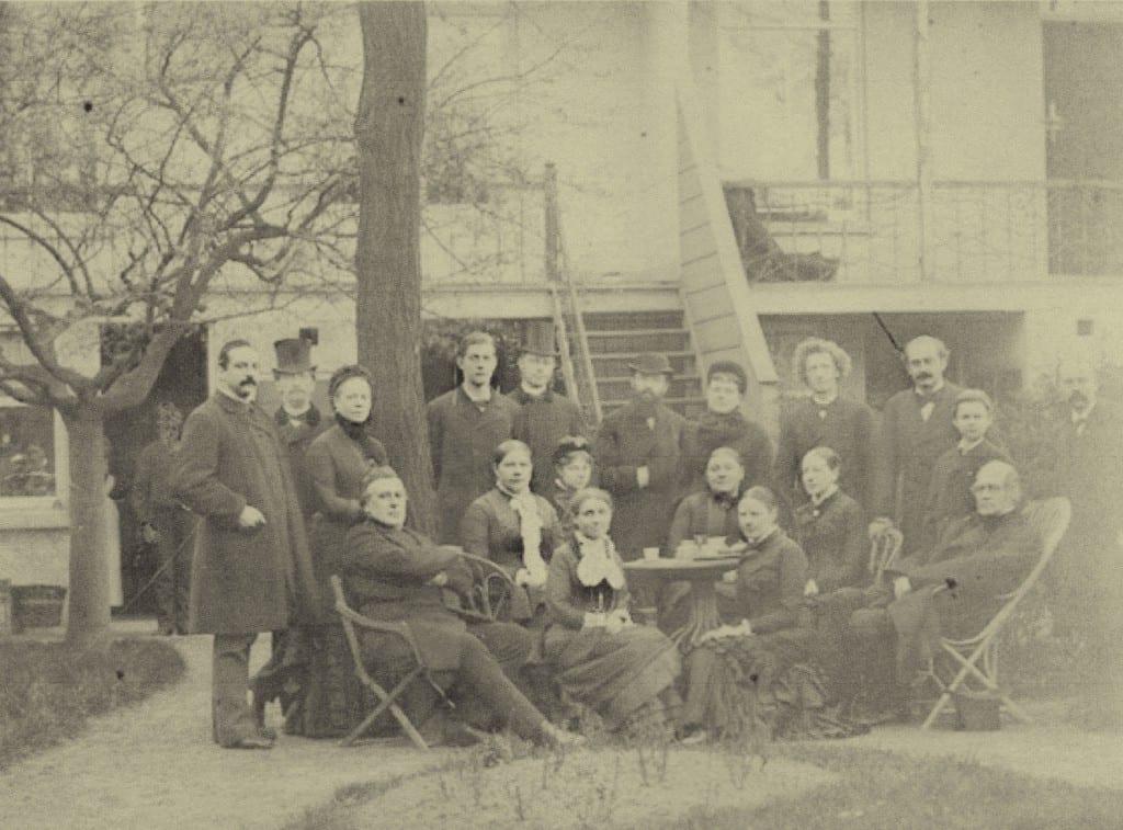 Een foto gemaakt in Delft met links gezeten Willem Pieter Wolterbeek, aan de taafel de gezusters Matthes, geheel rechts ds. Van Marken met achter zich Jacques.an Marken