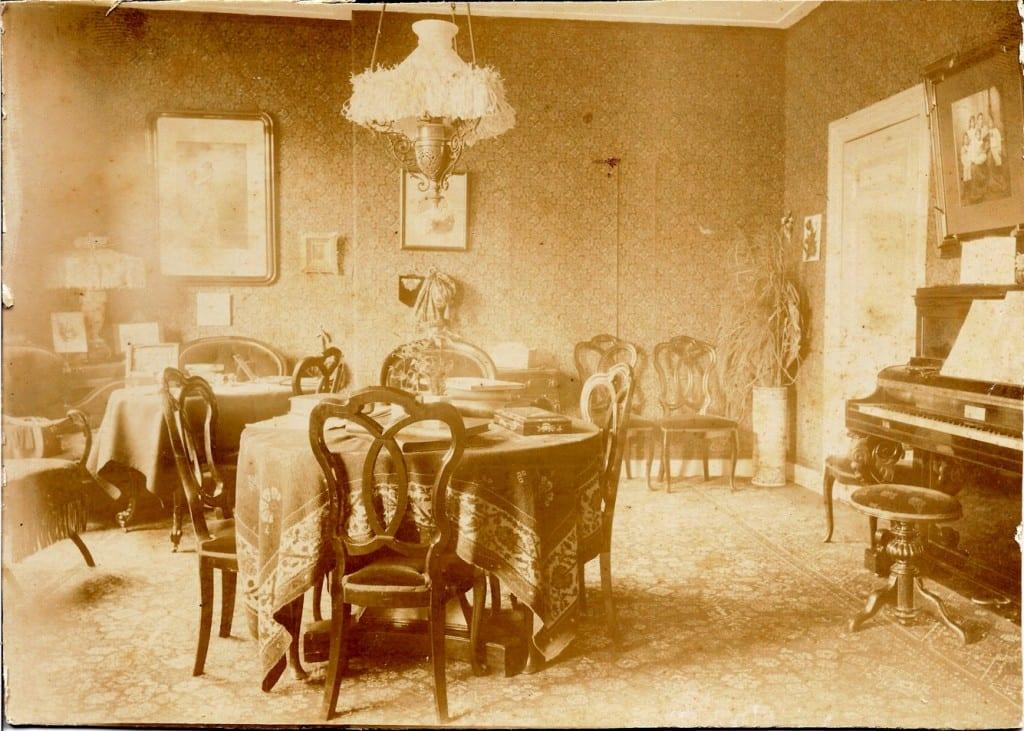 """De muzieksalon van """"Valkenburg"""" met boven de piano een groot portret van de kinderen van Anna (Frowein- Wolterbeek)"""