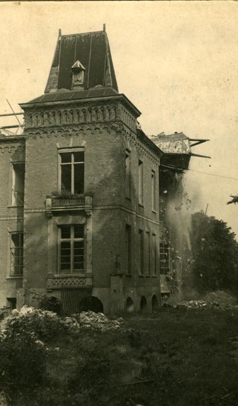 De linker torenspits van de Sonnenberg stort bij de sloop in 1952 ter aarde.