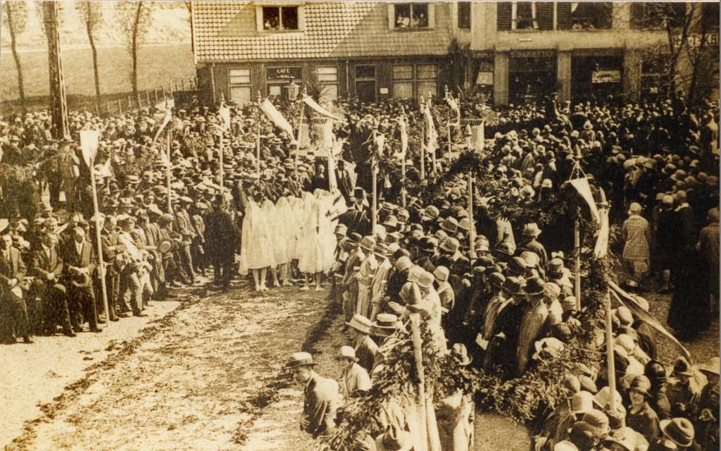 De terugkeer van het Mariabeeld bij de kerk in Renkum mei 1928.