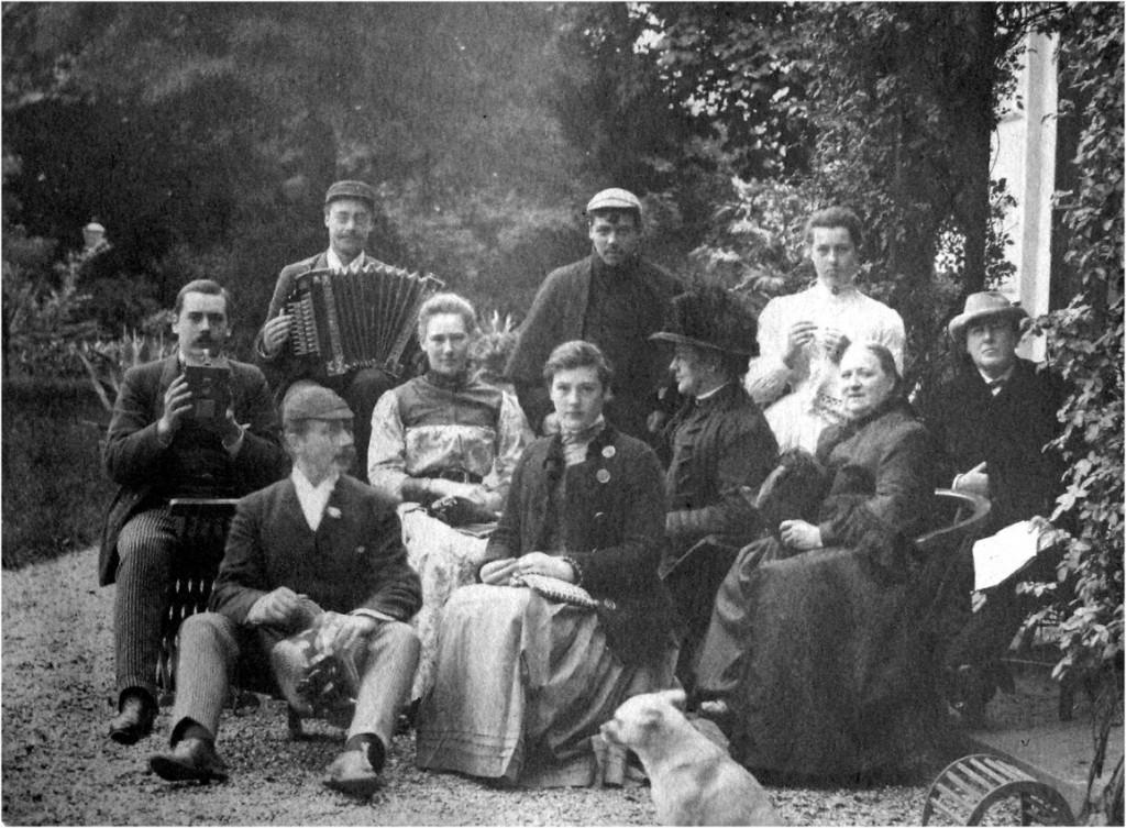 """De derde generatie Wolterbeek met geheel rechts zittend Anna Henriette Wolterbeek en daarachter Willem Pieter (beide kinderen van Robert Daniël) achter het huis """"Valkenburg""""in 1889."""