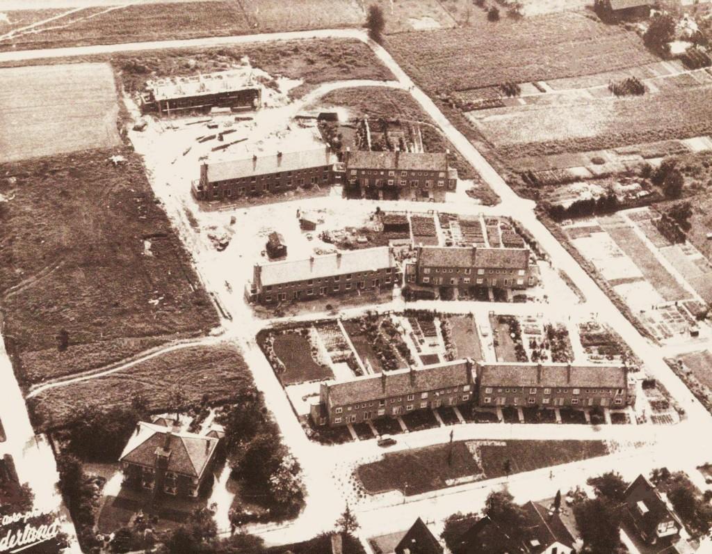 """Linksonder Prins Bernhardweg 18 met rechts daarvan Van Spaenweg 4-22. Daarboven de drie clusters van huizen aan de Wijnand van Arnhemweg, 2-18, daarboven 20-36 en daar weer boven 38-52. Foto uit 1956. Rechts het perceel waar in 1977 de school voor speciaal onderwijs """"De Vaart""""/ """"Vierbeekcollege""""zou komen."""
