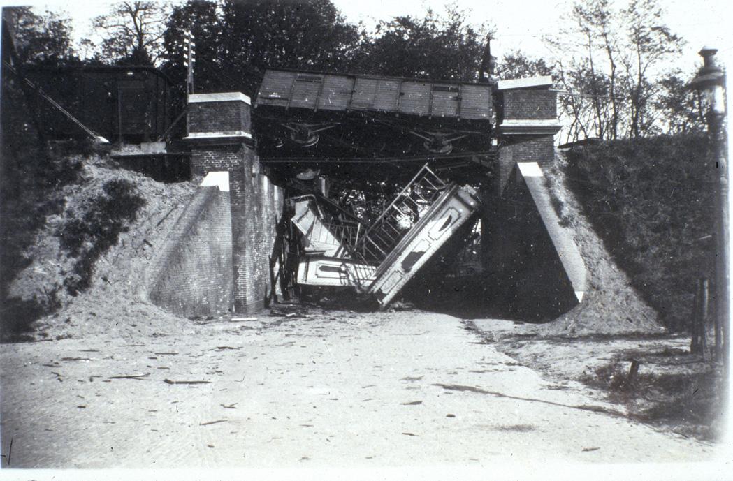 Het spoorviaduct aan de Benedendorpsweg in 1945.