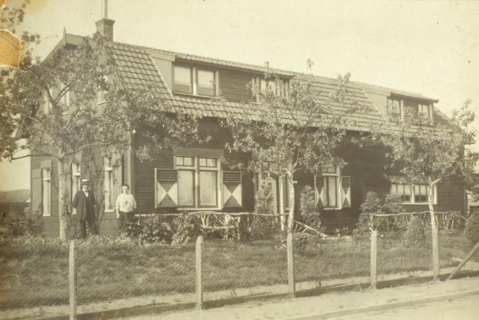"""Het houten huis """"Ora et Labora"""" op nummer 7, gebouwd in 1922."""