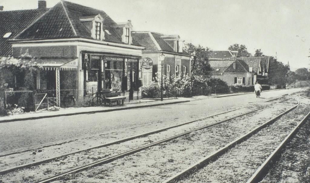 Geheel links de winkel van D. Aalbers, gebouwd in 1876, aanvankelijk tabakshandelaar in later jaren kruidenier.