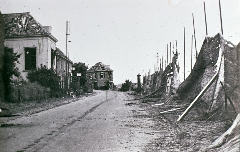 Rechts het laatste huis voor de Polderweg aan de zuidzijde van de Benedendorpsweg, na WOII. Het werd gerestaureerd en staat nu op nummer 118.