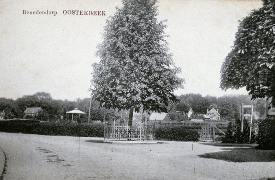 """De Wilhelmina-linde met erachter de Eng. V.l.n.r. Het """"paleis van juffrouw Lamers"""" aan het Rozenpad, nu sterk verbouwd, de muziekkoepel van hotel """"de Doornenkamp en op de achtergrond de villa """"Roestenburg """"aan de Pietersbergseweg."""