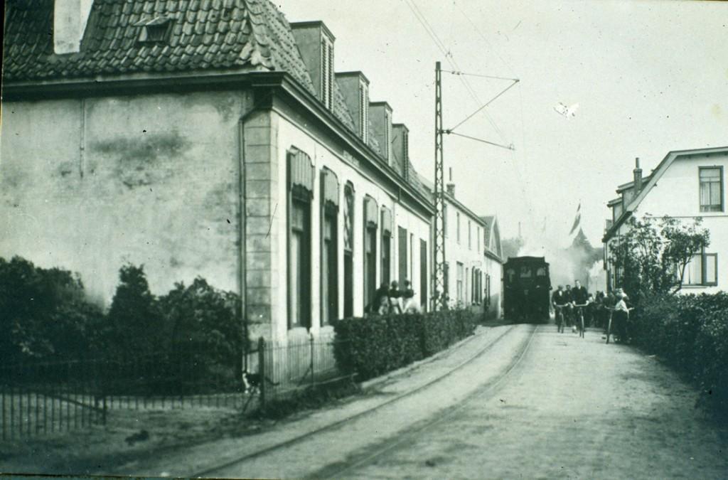 """Van links voor naar achter, """"de Parre"""", """"de Ploeg"""", de stalling van """"de Ploeg"""" en de graanschuur van D. Rijks. Rechts het dubbel bewoonde huis."""