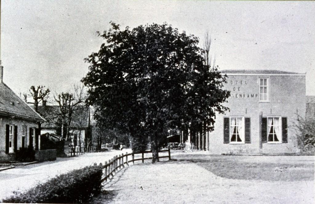 """Gezicht op de benedendorpsweg in westelijke richting met rechts op de achtergrond de villa """"Buitenrust""""."""