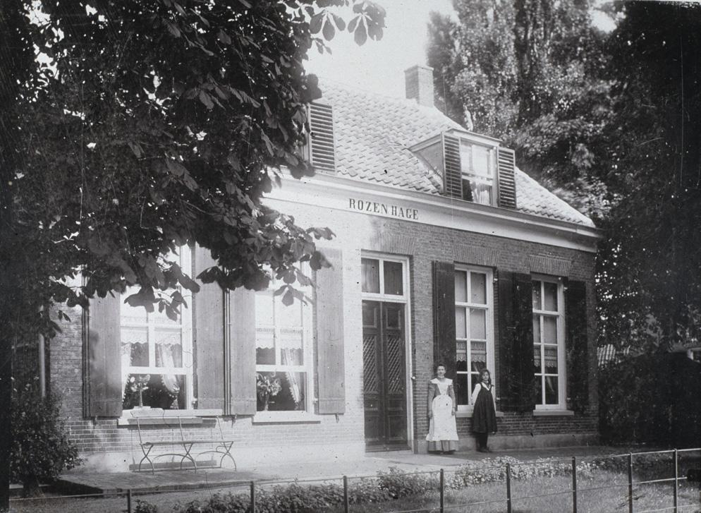 """De villa """"Rozenhage"""" ooit eigendom van Jan Kneppelhout van het huis """"de Hemelse Berg"""" die het in 1880 ter beschikking stelde aan de schilder J.W. Bilders en zijn tweede echtgenote Marie Bilders- van Bosse."""
