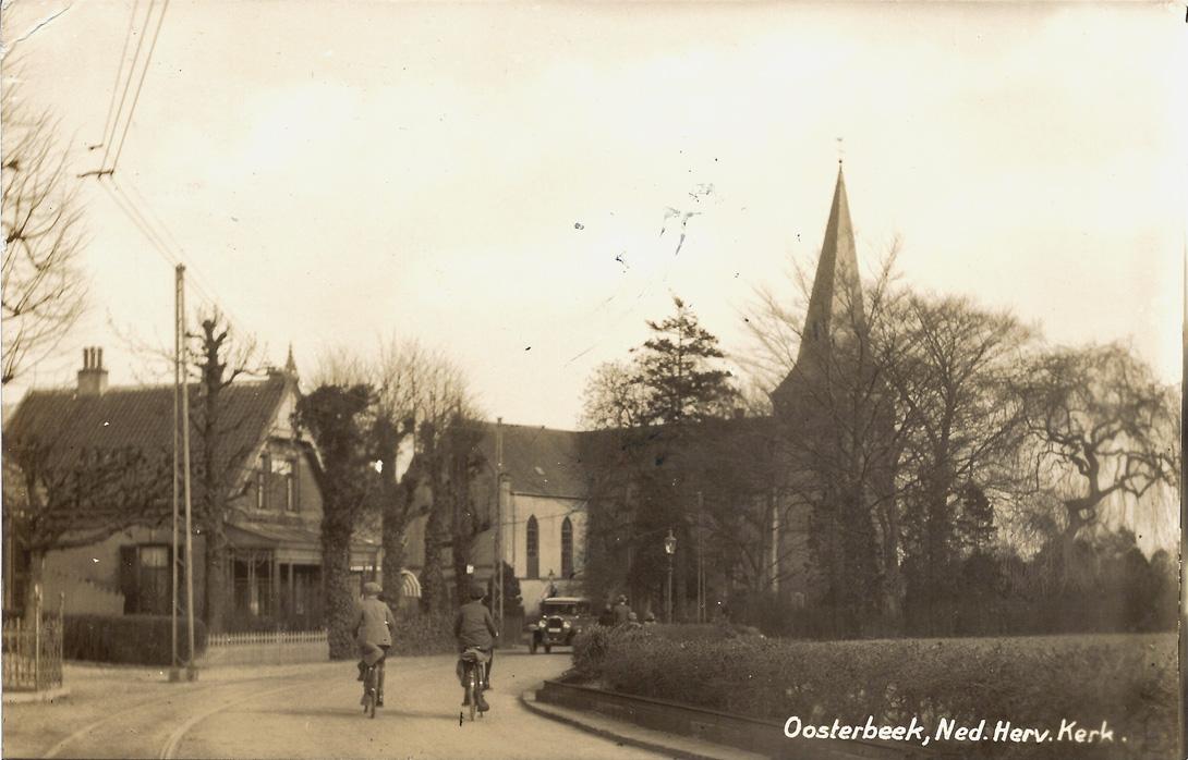 """We naderen het kruispunt met de Bildersweg (Dr. Brevéestraat is pas na WOII aangelegd). Het huis rechts van """"Lindenhoek"""" liggend in de bocht overleefde WOII niet. (nu nummer 145)"""