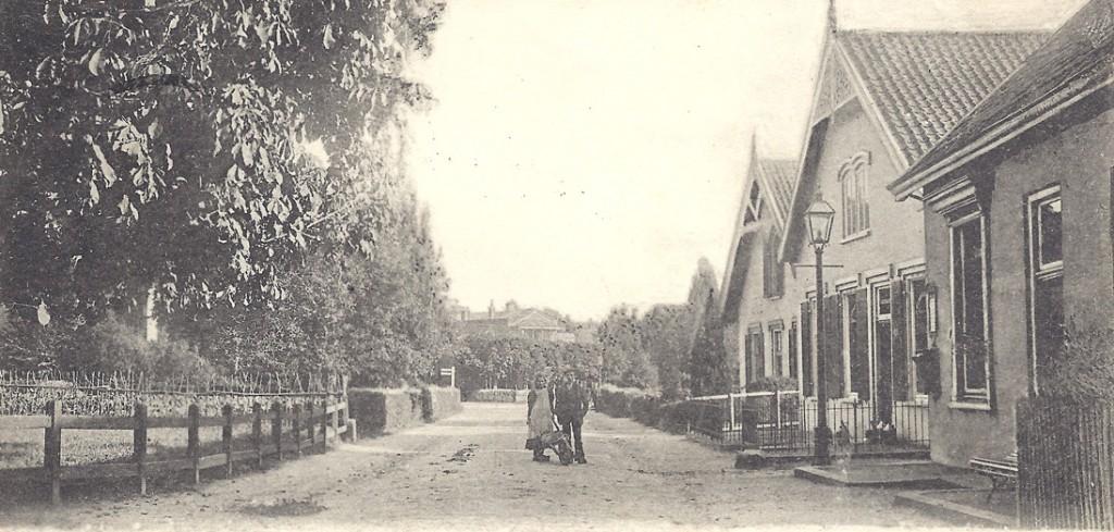 """De overzijde van het hotel """"de Doornenkamp"""", waar in later jaren, westelijk van het rechtse pand, een overtuin was gevestigd."""
