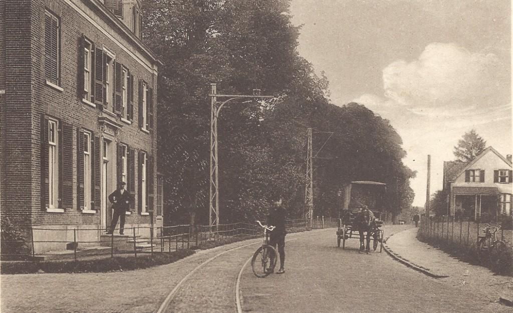 """Links """"Buitenrust"""" en rechts op de achtergrond het huis op nummer 160, gebouwd in 1870 en nog aanwezig."""