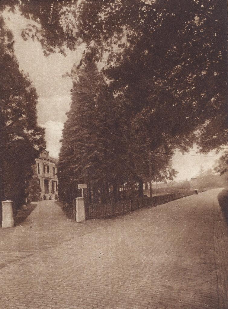 """De oostelijke inrit van """"Villa Nova"""", gelegen westelijk naast pension """"Catharina""""."""