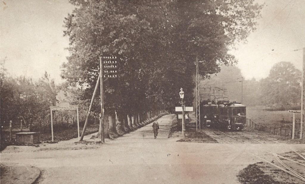 De tramwissel op het kruispunt Benedendorpsweg/ Van Borsselenweg/ Veerweg. De Benedendorpsweg gaat hier over in de Oude Oosterbeekseweg.