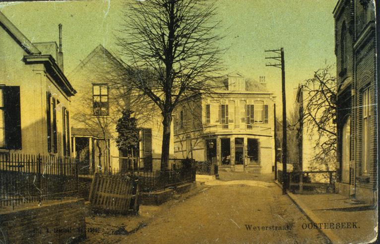 Links een pand op de plek van het huidige Filmhuis. Daarvoor de zijgevel van de goedkope Winkel, toen nog drogisterij en op de hoek van Weverstraat met Annastraat de drogist T.C. van Rijn.