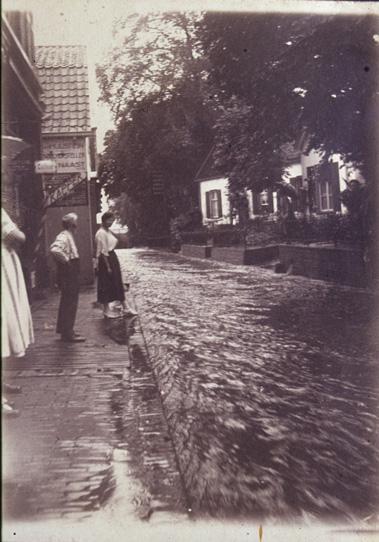 Doordat de Weverstraat parallel aan het Zweiersdal sterk afdaalt is er door de tijen heen veel wateroverlast. Er zijn vele foto's waarin een andermaal overstroomde Weverstraat figureert.