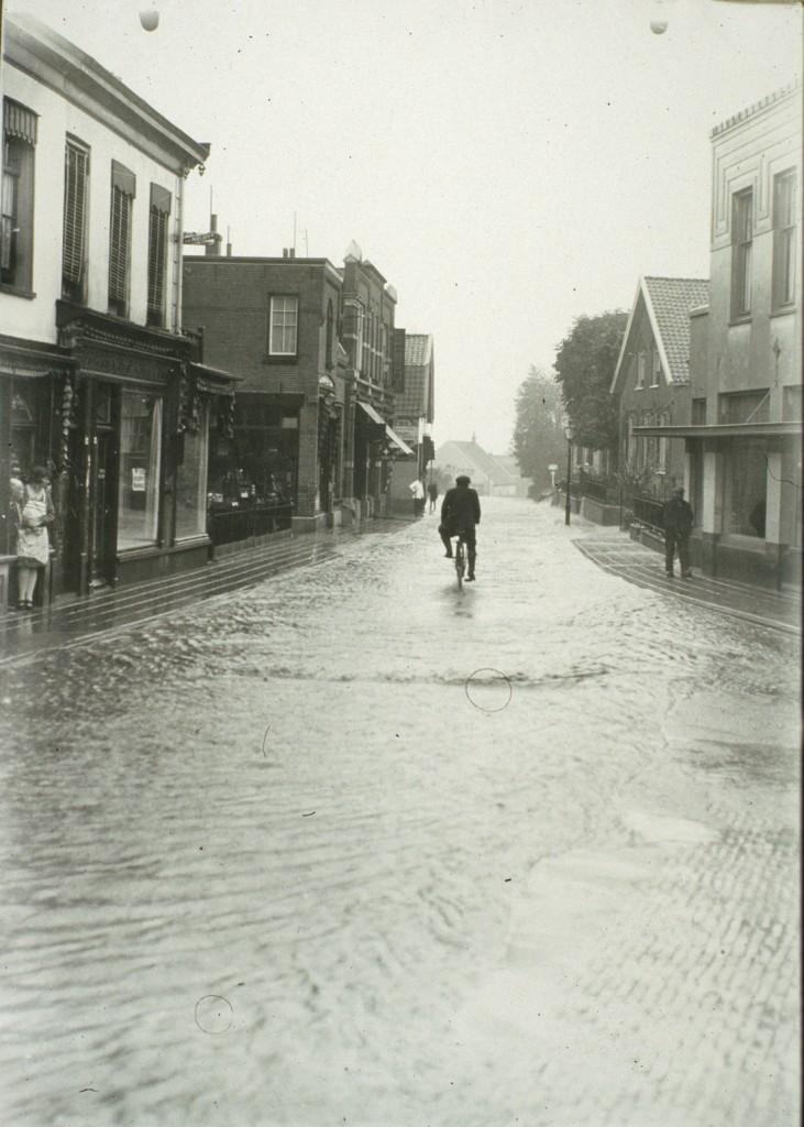 Een naoorlogse foto van een andermaal overstroomde Weverstraat.