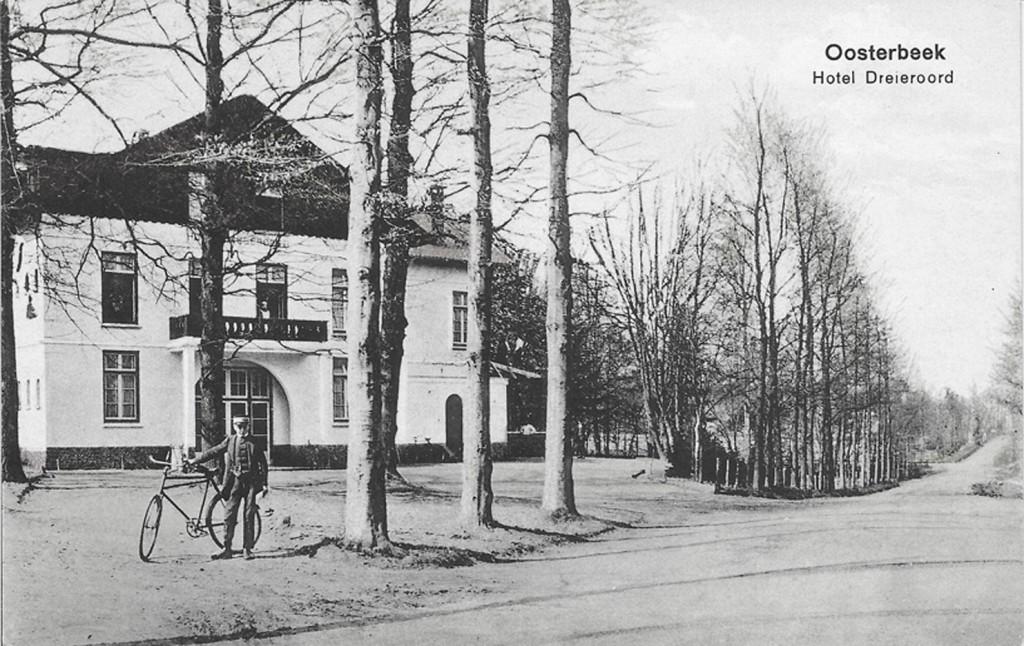 De Graaf van Rechterenweg rond 1905. Links hotel Dreijeroord met een postbode voor de deur.