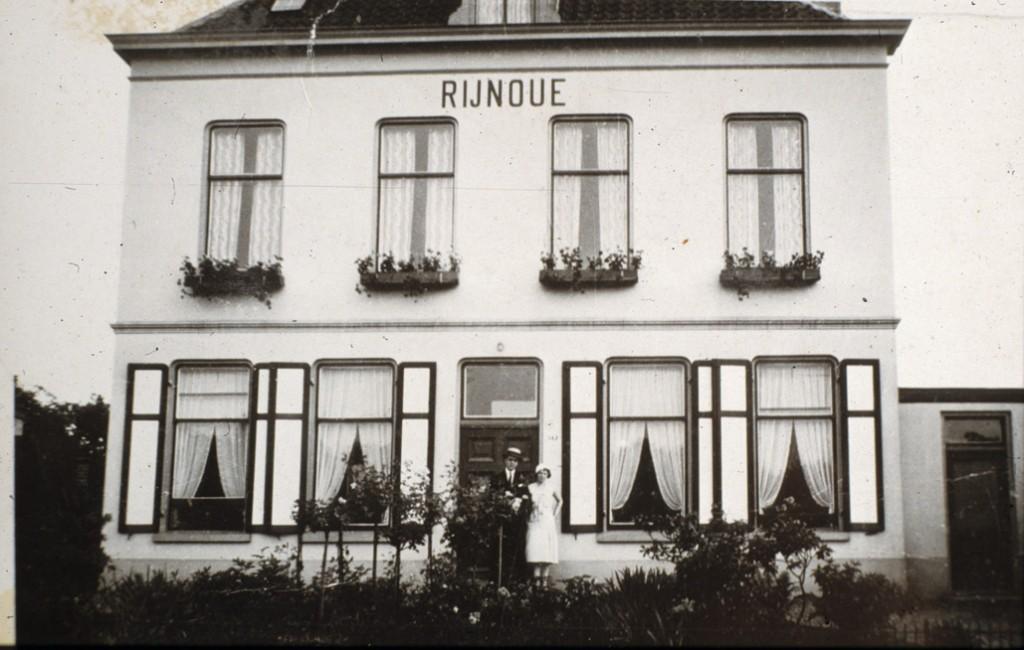 """Villa """"Rijnouwe""""rond 1930. De villa werd in 1944 als gevolg van oorlogshandelingen verwoest."""