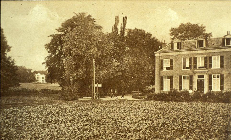 """De villa"""" Buitenrust"""" met links op de achtergrond het door Jan Kneppelhout gebouwde derde huis """"Hemelsche Berg""""."""