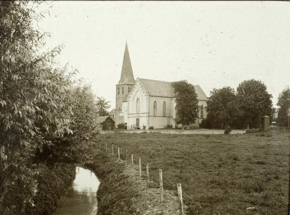 """Oude Kerk vanuit het zuidoosten met op de voorgrond """"de wei van Rijks"""" en links op de voorgrond de Leigraaf."""