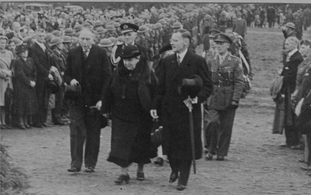 V.ln.r. burgemeester Talsma, koningin Wilhelmina en de commissaris der koningin in Gelderland Jhr. I. C. Quarles van Ufford.
