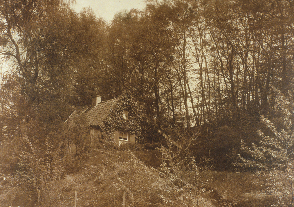 Het schilderachtige tuinman huisje van Bato`s Wijk van dichtbij.