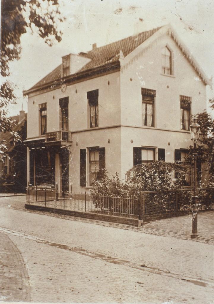 """Het huis """"Rozenhove"""" met de klok onder de dakkapel."""