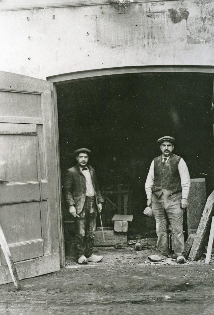 De ingang van steenhouwerij Van Heek aan de Van Toulon van der Koogweg (naast bakkerij Heuterman). Rechts Herman van Heek Sr. (overleden in 1916), links zijn zoon Herman (24-03-1889 / 12-09-1950), die vanaf 1918 het bedrijf voortzette aan de Paasberg hoek Keerweer
