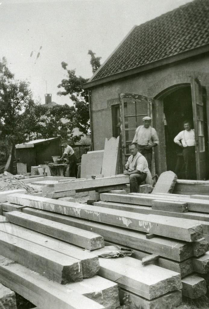 Achter het woonhuis op Paasberg 18 bevond zich de werkplaats van steenhouwerij Van Heek. In de deuropening Herman van Heek jr.