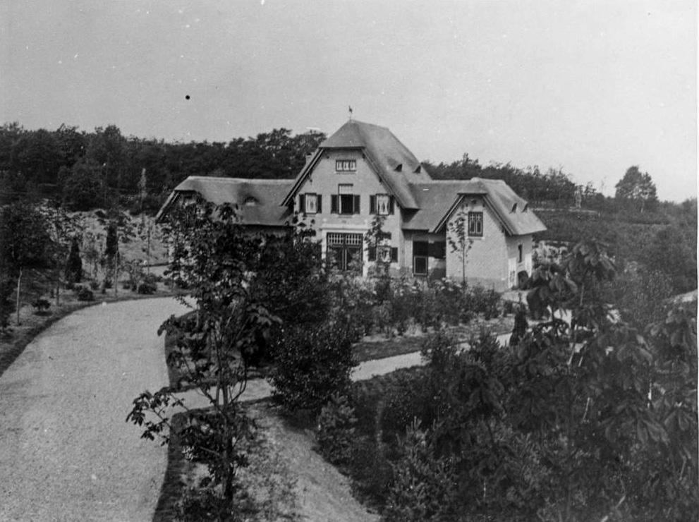 """De koetsierswoning/ koetshuis van de villa """"Dreijerheide""""."""