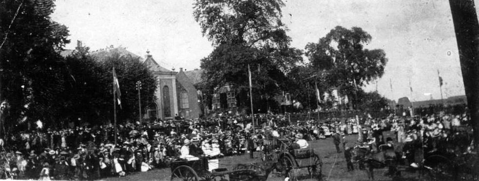 """Koninginnedagviering, 31 augustus 1911, op de """"wei van Rijks"""". Midden achter het kerkgebouw """"Bethanië""""."""